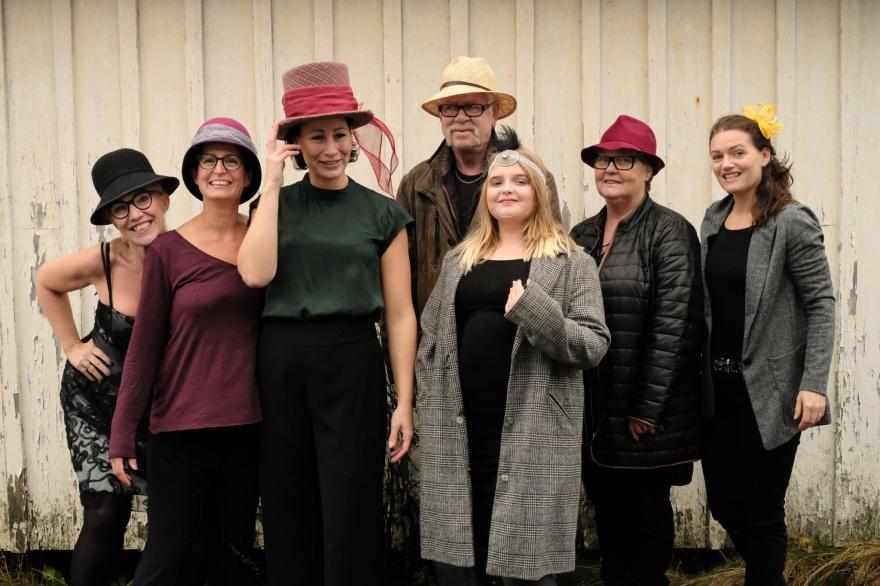 Sy upp en personlig tillverkad hatt/coiffe. Vår modist Sarah skapar hattar & coiffer för hand efter dina personliga mått och önskningar. Välkommen till Tyget i Träslövsläge, Varberg