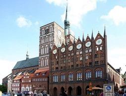 Alter Markt med Nikolaikyrkan och rådhuset, Stralsund. Wikipedia common.