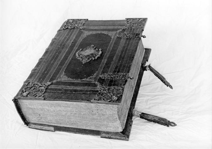 Den bibel från 1646 som Elisabeth/Elisabätt Hansdotter Funck skrev i. Foto den 25 november 2003 Claes Funck, copyright