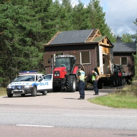 Polisen eskorterar över vägen