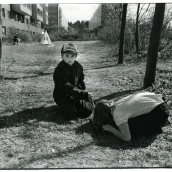 Fotokonstnär, Fotograf: Ava Valsten, Pojken vid brunnen