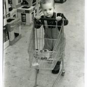 Fotokonstnär, Fotograf: Ava Valsten, Litet barn i konsum.