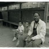 Fotokonstnär, Fotograf: Ava Valsten, Far med två pojkar