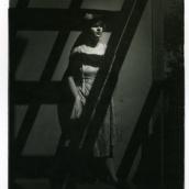 Fotokonstnär, Fotograf: Ava Valsten, Kvinna med hatt på balkong