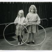 Fotokonstnär, Fotograf: Ava Valsten, Två flickor med rockringar