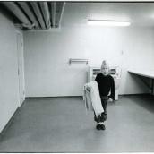 Fotokonstnär, Fotograf: Ava Valsten, Den här flickan mötte jag i tvättstugan.  Jag minns de två stora, tunga mattorn i min egen uppväxt.