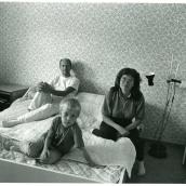 Fotokonstnär, Fotograf: Ava Valsten,Fisksätra Ritva-Leena, Bertil och Eero i sovrummet