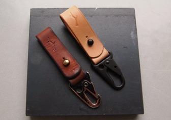Välanvänd nyckelhållarei naturfärgat lädersom varit oumbärlig det senaste året och har utvecklat en helt unik patina.