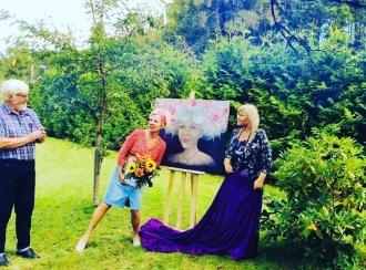 Årets kulturpristagare i Askersunds Kommun 2020. Priset var en oljemålning av Eva målad av Eva Phil.