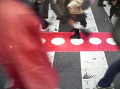Bilden föreställer Pappelinas mest kända mattmönster, Vera, i röd och vaniljvit
