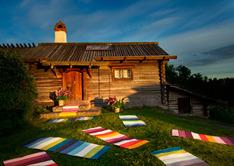 Bilden visar en vacker inspirerande miljö med Pappelinas matta Molly i olika färgställningar.