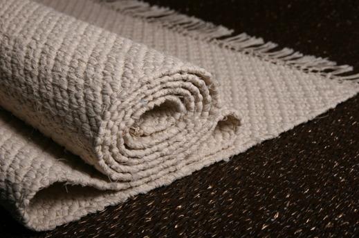 Bilden företäller en vacker offwhite matta i rosengångsteknik