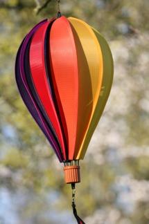 Vindspel - snurrande regnbågsmönstrad ballong