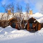 Vinter i Fjällbruket - fyra stugor i två parhus med egen vallabod till varje stuga