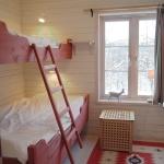 Platsbyggda våningssängar, de flesta med 120 cm underslaf och kan rymma två