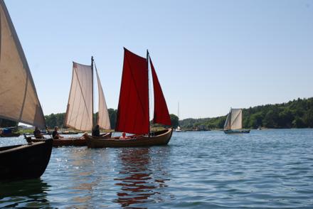 Med Allmogebåtar på Bassholmen 2010. Jullar med sprisegel.