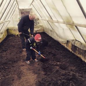 Ian hjälper morfar förbereda växthuset för tomatodling.