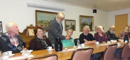 Louise Swahn bidrar till kvällens underhållning. Bosse håller fram mikrofonen.