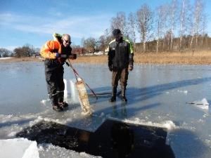 Eddie och Arne drar upp isblock