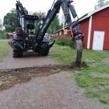 Eddy Källman hanterar grävmaskinen med stor skicklighet