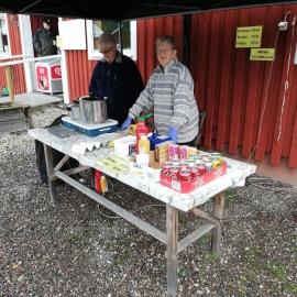 Inger Malmström från Motala och Gun Lyberg säljer kokt korv.