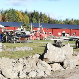 Till vänster i bild ser vi museets stenkross