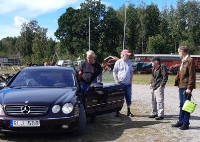 Kent Backman i röda kepsen pratar med Stig Andersson, Gunnar Skoog och Rune Johansson från museet