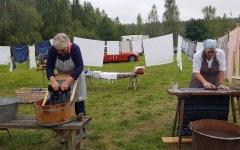 Bondgården förr 2021.09.11 Birgit och Birgit byker