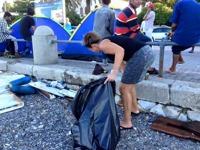 Vi började med att rensa upp.. delade ut sopsäckar och bad de använda det. Många flyktingar anslöt sig till sist och hjälpte till... Det blev en väldigt bra stämning och framförallt en mycket renare s