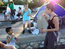 En av våra volontärer blåser såpbubblor med flyktingbarnen på Kos