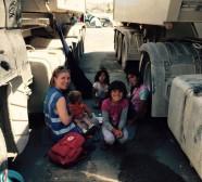 En av våra volontärer tillsammans med barn i Aten
