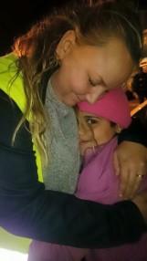 Teresa med ett flyktingbarn i Greklan 2015