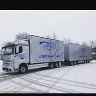 Folietexter på lastbil och släpvagn