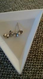 14x6mm, stift:1mm. 6 mm Rhinestone - Stiftörhängen i 304 rostfritt stål du själv sätter pärla i koppen. 14x6mm, pin:1mm. 6 mm Rhinestone passar. säljes parvis