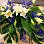 Kistdekoration med vita liljor, riddarsporre