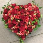 Hjärta med röda blommor