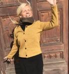 Här är jag i gul kofta, med brun rundsjal till.
