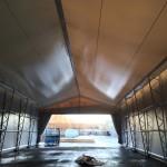 Montage av lagerhall med innerduk och draperiöppning i gavel