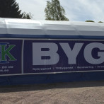 Montage av banderoll på lagerhall