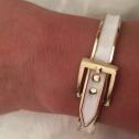 Bältesarmband på guldfärg Vit