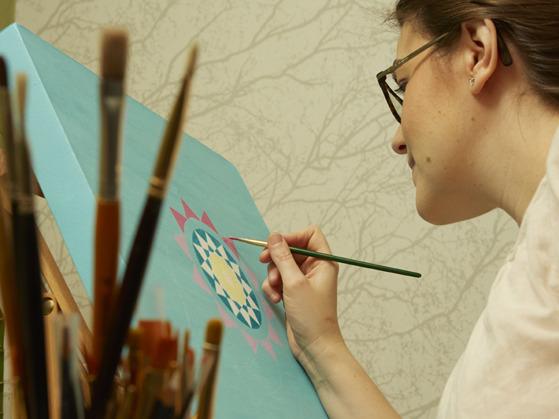 Yoga & Mandalakonstnär  Mariana Lukjanovic. Mandalas by Mariana målar personliga yoga tavlor så kallade mandalas för meditation.  Moderna mandala målningar