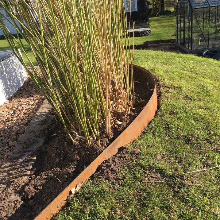 GardenSteel i Kvibille- här hittar ni priser på kantplåtar, odlingsramar och krukor i rostig cortenplåt till ert hus och trädgård. Vi levererar era trädgårsdsprodukter hem till er om ni önskar det.