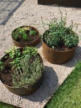 Här hittar ni odlingskärl som är runda där ni inte önskar någon botten utan de lämpa sig bra att ställa direkt på gräs eller grus.