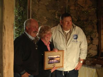 Margareta och Anders tackas av den Amerikanska Charoalaisföreningen här representerad av Eaton Charolais.