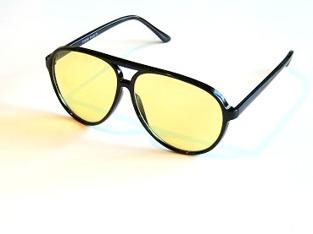 Solglas plastpilot svarta med gula glas