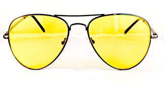 Solglas pilot med gula glas och mörk båge