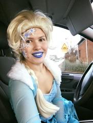 Prinsessan elsa påväg till kalas för att göra ansiktsmålning