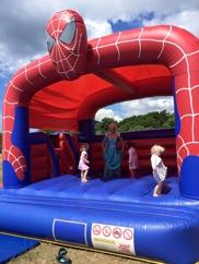 elsa hoppar med barnen