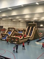 Hinderbana i gymnastiksal, rolig aktivitet för idrottsföreningar