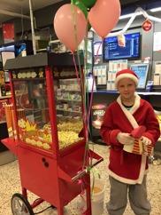 Coop Konsum delar ut popcorn vid Julskyltningen